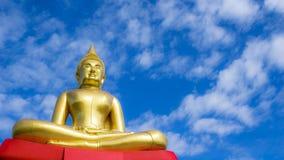 Goldene Buddha-Statue gegen blauen Himmel in Thailand-Tempel Lizenzfreie Stockfotografie