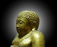 Goldene Buddha-Statue im schwarzen Hintergrund stockfotos