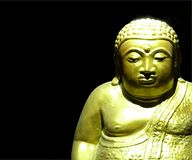Goldene Buddha-Statue im schwarzen Hintergrund lizenzfreies stockfoto