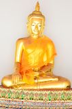 Goldene Buddha-Statue im Sommer-Kleid (goldener Buddha) bei Wat Pho Stockbilder