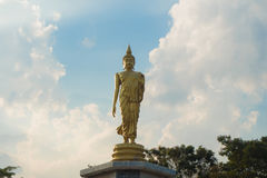 Goldene Buddha-Statue mit blauem Himmel Stockbild