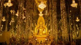 Goldene Buddha Statue Phra Buddha Chinnarat in Wat Tha Sung Uthai stockfoto