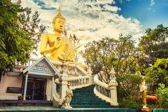 Goldene Buddha-Statue in Tempel Thailands Buddha Stockfotografie