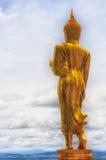 Goldene Buddha-Statue und blauer Himmel im thailändischen Tempel Stockbild