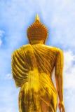 Goldene Buddha-Statue und blauer Himmel im thailändischen Tempel Lizenzfreie Stockfotografie