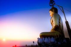 Goldene Buddha-Statuen auf Gipfel in Wat Tham Seua Tiger Cave, Lizenzfreie Stockfotos