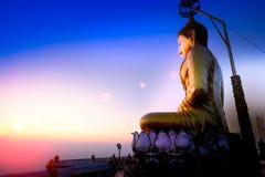 Goldene Buddha-Statuen auf Gipfel in Wat Tham Seua Tiger Cave, Stockfotografie