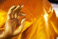 Goldene Buddha-Statuenhandzeichennahaufnahme mit Kopienraum Stockfoto