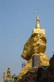 Goldene Buddhismuspagode auf großem Stein Lizenzfreies Stockbild