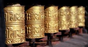 Goldene buddhistische Gebetsräder Lizenzfreies Stockbild