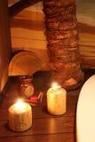 Goldene candels mit Palme und Sand Lizenzfreies Stockfoto