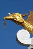 Goldene chinesische Schwan Feng-Skulptur mit einer Glocke Stockfoto