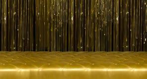 Goldene Couch mit Knöpfen und goldene Vorhänge Stockbilder