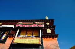 Goldene Dachl von Jokhang unter blauem Himmel Lizenzfreies Stockbild