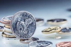 Goldene Dollarmünzen USA-Dollar prägt Stellung auf dem Rand, der auf Münzen gestützt wird Stockbilder