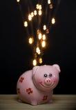 Goldene Dollarzeichen, die in das Sparschwein regnen Stockfotos