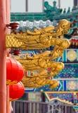 Goldene Dracheköpfe und chinesische rote Laternen Stockfotos