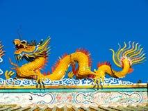 Goldene Drachestatue Stockbilder