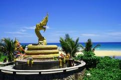 Goldene Drachestatue auf Karon-Strand Stockfotografie