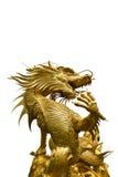 Goldene Drachestatue auf weißem Hintergrund Stockfoto
