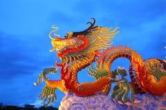 Goldene Drachestatue der chinesischen Art Stockfotografie