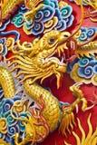 Goldene Drachestatue im chinesischen Tempel in Chonburi Lizenzfreies Stockbild