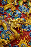 Goldene Drachestatue im chinesischen Tempel in siamesischem Stockbild