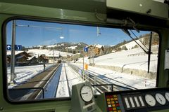 Goldene Durchlaufzuglokomotive kommt zu einer Station an Lizenzfreies Stockbild