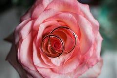 Goldene Eheringe auf Brautblumenstrauß lizenzfreies stockbild