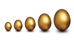 Goldene Eier, die finanzielle Sicherheit darstellen Lizenzfreie Stockfotografie