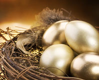 Goldene Eier in einem Nest Stockfotos
