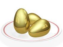 Goldene Eier in einer keramischen Platte Stockbilder