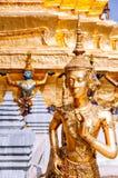 Goldene Engelsstatue bei Emerald Buddha-Tempel oder bei Wat Phra Keaw, B Lizenzfreies Stockbild