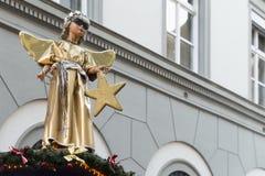 Goldene Engelsstatue mit kühler Sonnenbrille Stockfotografie