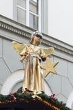 Goldene Engelsstatue mit kühler Sonnenbrille Lizenzfreie Stockfotografie