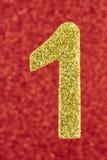 Goldene Farbe des Nummer Eins über einem roten Hintergrund jahrestag Stockbild