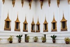 Goldene Fenster des großartigen Palastes stockbild