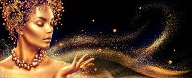 Goldene Frau Schönheitsmode-modell-Mädchen mit Goldenem bilden, Haar und Schmuck lizenzfreies stockfoto