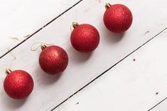 Goldene funkelnde sternförmige Weihnachtsverzierung auf weißem hölzernem Lizenzfreie Stockfotografie