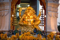 Goldene Ganesha-Gottstatue vor der zentralen Weltpiazza, Bangkok, Thailand Lizenzfreie Stockbilder