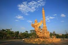 Goldene garuda Skulptur angebracht auf Lieferung Lizenzfreie Stockbilder