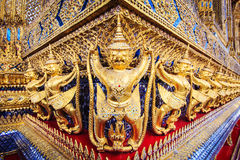 Goldene garuda Statuen bei Wat Phra Kaew im großartigen Palast, Bangkok lizenzfreie stockfotos
