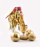 Goldene Gegenstände - Apfel, Banane, Orangen, Glas, Partei pfeift Stockfotos