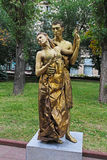 Goldene gemalte Künstler, wie lebende Statuen als der Grieche in alte Zeiten am Stadt-Tag in Wolgograd ankleideten lizenzfreie stockbilder