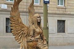 Goldene gemalte lebende Statue mit Flügeln an der Ramblas-Straße in Barcelona Lizenzfreies Stockbild