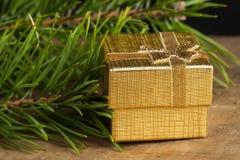 Goldene Geschenkbox Stockfotografie