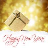 Goldene Geschenkbox im Schnee Lizenzfreie Stockfotografie