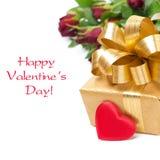 Goldene Geschenkbox, rotes Herz und Blumen, lokalisiert Lizenzfreie Stockbilder