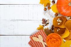 Goldene geschmackvolle nützliche Kürbispfannkuchen, Püree eines Kürbises auf einem weißen Hintergrund Stockfotografie
