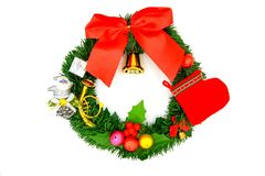 Goldene Glocke der Chirstmas-Kranzdekoration, rote Socke, kleiner Weihnachtsmann, kleiner bunter Ball, Geschenkbox, rotes Band un Lizenzfreie Stockfotografie
